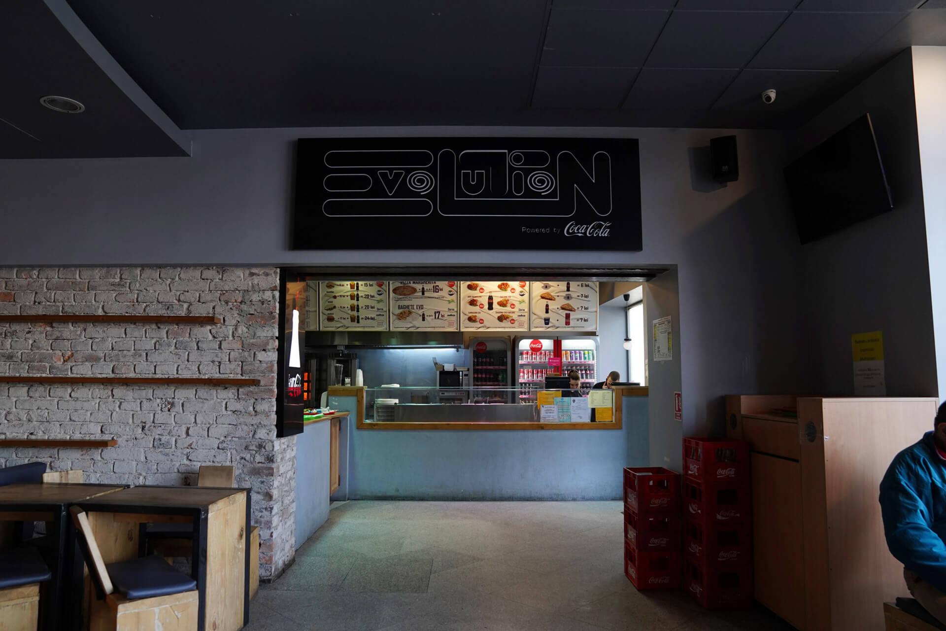 Servire de top și clienți mulțumiți la Fast Food Evolution